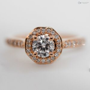 https://johnguiath.com/wp-content/uploads/2021/07/Bague-de-fiancaille-diamant-ROCHE-or-rose.-300x300.jpg