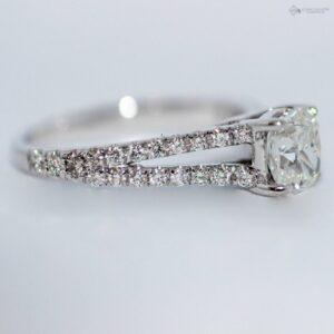 https://johnguiath.com/wp-content/uploads/2021/07/Bague-diamant-ZOE-or-blanc.-300x300.jpg